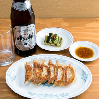 ビールと餃子2人前で1000円でおつりがくる