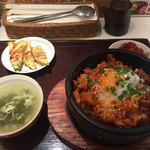 韓美膳デリ - 石焼辛みそサムギョプサル丼とチヂミのセット。1050円。