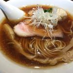 中華蕎麦 あお木 - 醤油ラーメン。醤油がストレートに感じられる真っ黒スープに極細ストレートに麺。