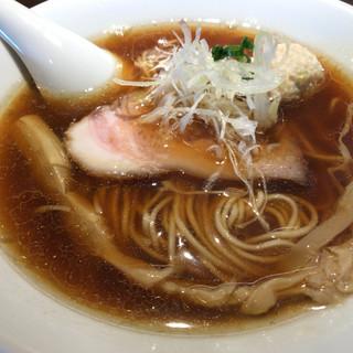 中華蕎麦 あお木 - 料理写真:醤油ラーメン。醤油がストレートに感じられる真っ黒スープに極細ストレートに麺。