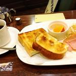 Motomachisantosu - モーニングAセット 520円。バタートースト、サラダ、ハム、目玉焼き、フルーツとコーヒー。朝から満足のセット。
