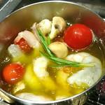 焼肉ダイニング GYUBEI - 海老とマッシュルームのアヒージョ 海老とマッシュルームをオリーブオイルとニンニクで煮込みアヒージョに仕上げました。