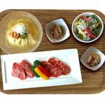 焼肉ダイニング GYUBEI - 韓国冷麺と焼肉ランチ《サラダバー&ライス食べ放題付》 スープにこだわった本格的な韓国冷麺と、カルビ、ロースのお肉を楽しめる焼肉ランチセットです。