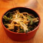 むつ味 - お通しの青菜、もやし、ミミガーの和え物
