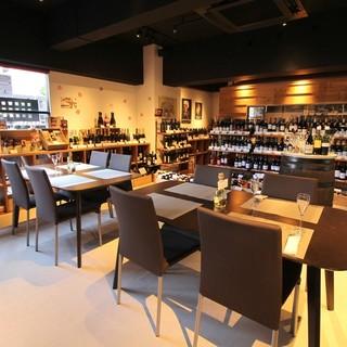 ワインショップでワインに囲まれながらゆっくりワインを楽しむ