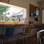 カフェ楓荘 - 日差しがたっぷり入るカウンターで庭の緑を見ながらのんびり過ごすのも◎。