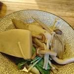 椿 - 芋煮鍋を取り皿へ