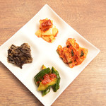 恵比寿焼肉寿司 別邸 - キムチ四種盛り合わせ