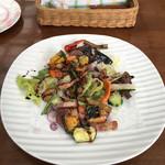 イビサスモークレストラン - スモークベーコンと旬の野菜のサラダ