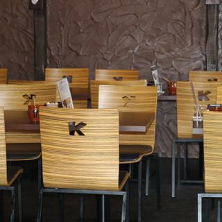 """""""K""""の文字を掘った椅子。カウンター席もあります。"""