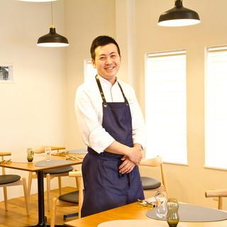 日本料理とフランス料理の経験を持つシェフ