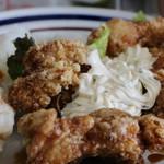 カフェ楓荘 - ランチ「秘伝ダレのチキン南蛮」。揚げたてにかぶりついて下さい。