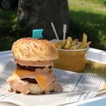 カフェ楓荘 - 肉厚ハンバーグがジューシーな「Weekend  Burger」ランチ。平日でももちろん注文OK!