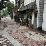 ぴーぷる・ぴーぷ - 昼間の店の前