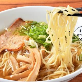 透き通った琥珀色のスープ♪昔ながらのあっさり柳麺を追求!