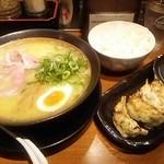 69375359 - 鶏こくらーめん750円 餃子ライスセット380円