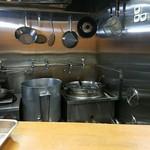 らーめん華屋 - 厨房