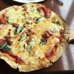 Piachere - ソーセージバジルトマトのピザ