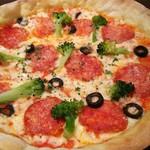 イタリアン 四谷マル - サラミとブロッコリーのピリ辛うす焼きピザ