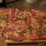 綾瀬 ワインバル八十郎商店 - 国産牛もも肉のローストビーフ 白バルサミコソース790円(税抜)