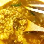"""戎屋 - ⑰下半分のご飯の存在を箸先で意識しながら、箸で丼の上半分ぐらいにあるうどんを食べきったあと、箸からスプーンに持ち替える。とろみがあまりないので、やっぱり""""カレーおじや""""と言うのが正解だろう。"""