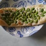 69394640 - 「枝豆のナン」枝豆の下にクリームチーズがたっぷり