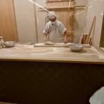 信州蕎麦の草笛 - 【2017.7.01(土)】店舗入口で麺を打っている