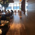 キーズ・カフェ - 北側の壁面は全面ガラス、とても開放的な空間です( ^ω^ )