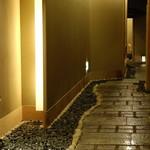 和 吉野 - 石畳の通路で和の風情を味わってください。