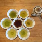 CHA-salon SAKURA-MOMIJI - 煎茶の色はさまざまですね。