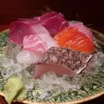 魚匠 銀平 - 鰆の炙り、真鯛、ニジマス、鰤、鰹の盛合せアップ