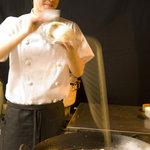上海モンナリーサ - 刀削麺を削り出す特級麺点師・王(ワン)さん