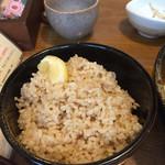 奥芝商店 - 玄米にはレモンが添えてあるので途中で味変!