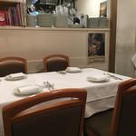 ラ・パスタイオーネ - 店内テーブル席