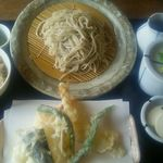69423734 - 天ぷら定食1,030円(税込) 中くらいの海老天2尾と旬の天ぷらホウレンソウのお浸し