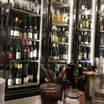 L'AVANT COMPTOIR - カウンターの奥にはワインがいっぱい!