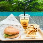 ベーカリー&テーブル 東府や - LOVEバーガーセット 1,080円 プールのブルーと向こう岸の新緑が映えてフォトジェニック!!