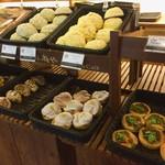 ベーカリー&テーブル 東府や - たくさんの美味しそうなパン! 米粉のカレーパンが一番人気だそうです♫ (残念ながら、この日は完売)