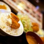 居酒屋 釧路 - ご飯に乗せてカキフライ丼に。