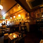 居酒屋 釧路 - 昼間はやや暗く落ち着いています。