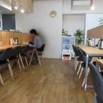 大島ラーメン あづまや - きれいな店内。
