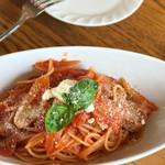 農家レストラン エルベ - 料理写真:フレッシュハーブ入りサルシッチャと飯豊産玉ねぎのトマトソーススパゲッティ 980円