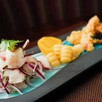 ペルー料理 bepocah - 鮮魚のセビチェ 魚介の「チチャロン」添え