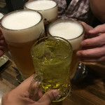 川崎銀柳街のひもの屋 - とりあえず4人で先に。食べログ的光景なのでたまにやってみた