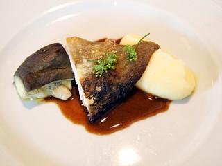 ラピ - マナガツオのソテー魚介ソース、茄子とマッシュポテトの付け合わせ