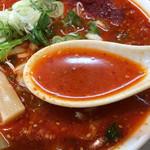 信長ラーメン - 激赤いラーメンのスープ 真横に添えてある唐辛子の山盛りを混ぜる前なので この色合いはノーマルの赤いラーメン(笑) 赤いラーメンは確かに癖になる味わいですよ!