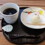 69448731 - ホットコーヒー(和菓子付き)380円(税別)。