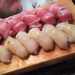かわなみ鮨 - 大トロにぎり、白身にぎり