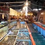 新・函館市場 - 水槽並ぶ店内
