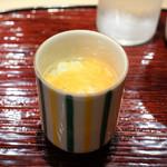 東麻布 天本 - あさり出汁茶碗蒸し、オホーツク毛ガニとこのこを乗せて